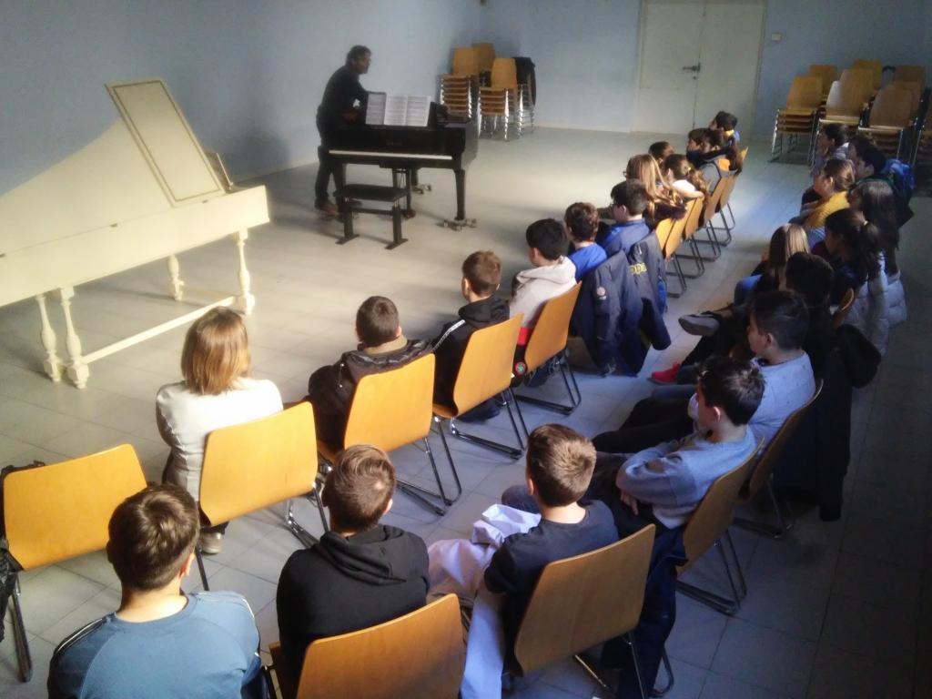 Veure Els alumnes de 1r d'ESO assisteixen a una Audició Musica a l'Escola de Música